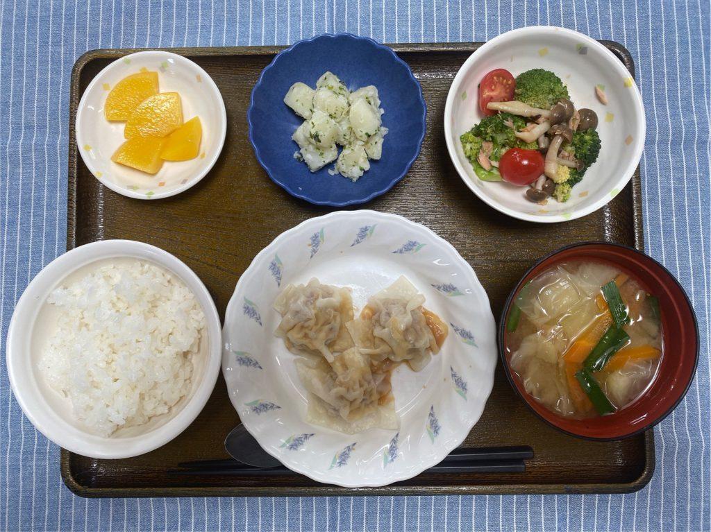 きょうのお昼ごはんは、シューマイ 中華サラダ のり塩ポテト スープ 果物 でした。
