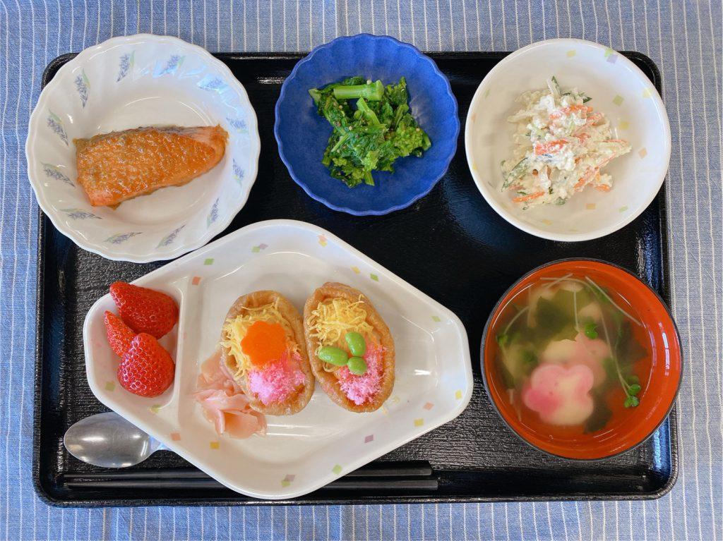 きょうのお昼ごはんは、いなりずし・鮭のふきみそ焼き・おからサラダ・菜花の粒マスタード・お吸い物・くだものでした。