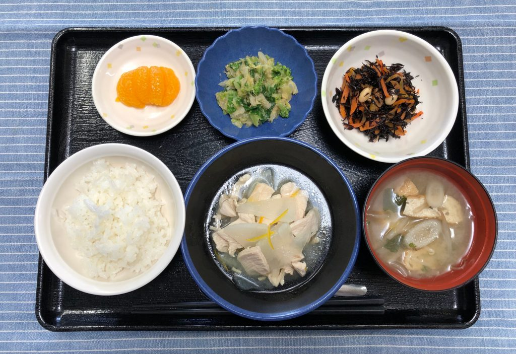 きょうのお昼ごはんは、ゆず香る鶏大根・ひじきと人参のサラダ・ごま和え・みそ汁・くだものでした。