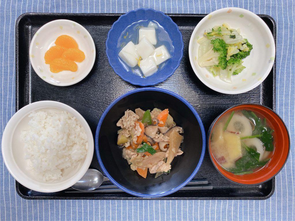 きょうのお昼ごはんは、豚肉と野菜の炒め煮・和え物・はんぺんのゆずあん・みそ汁・くだものでした。