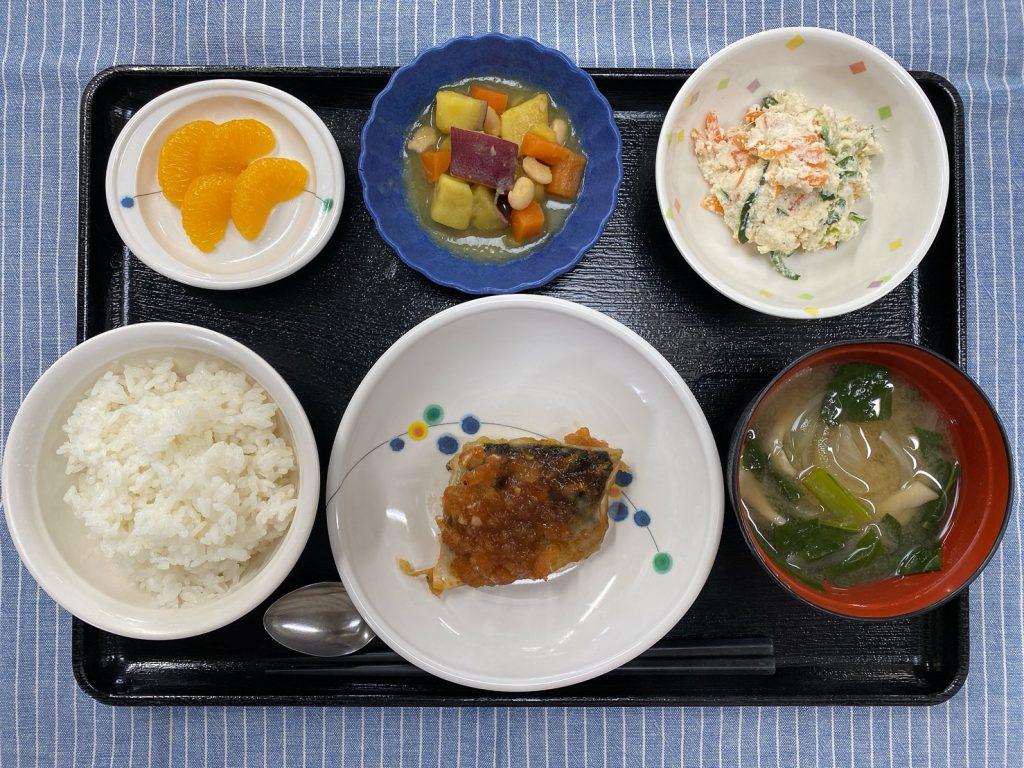 今日のお昼ごはんは、鯖の新玉ねぎ風味・おからサラダ・煮物・味噌汁くだものでした。