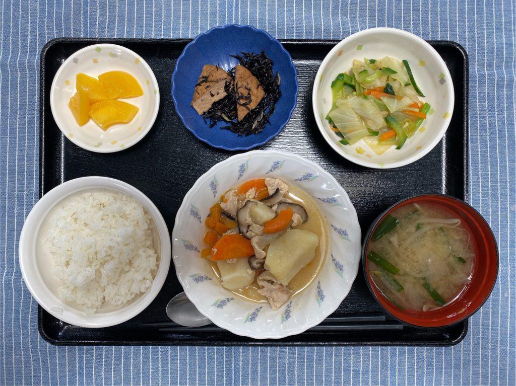 きょうのお昼ごはんは、吉野煮・天かす和え・ひじき炒め・味噌汁・くだものでした。