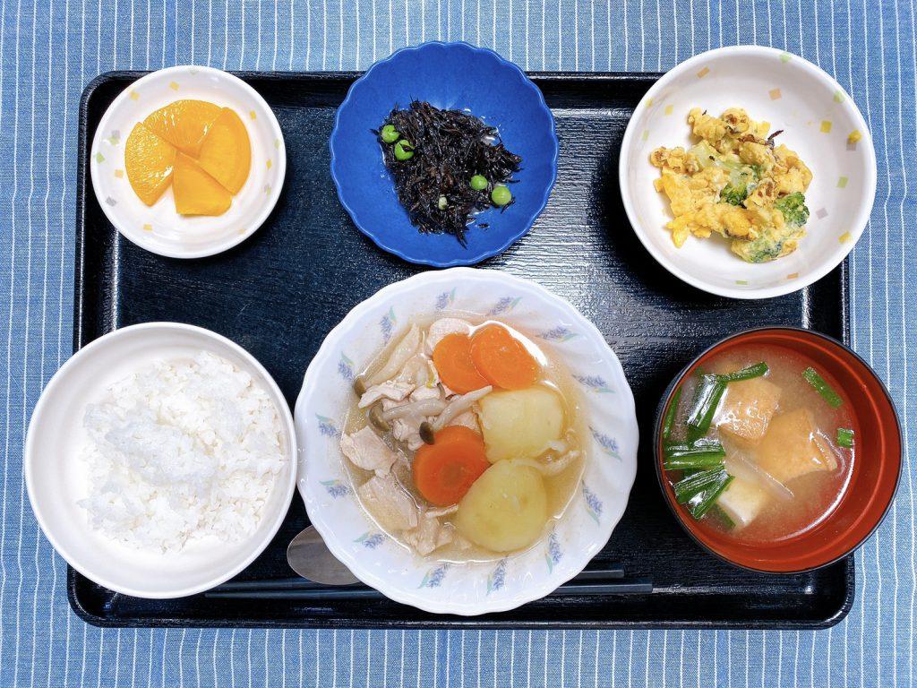 きょうのお昼ごはんは、鶏肉のあっさり煮・卵炒め・ひじきの酢みそ和え・みそ汁・くだものでした。