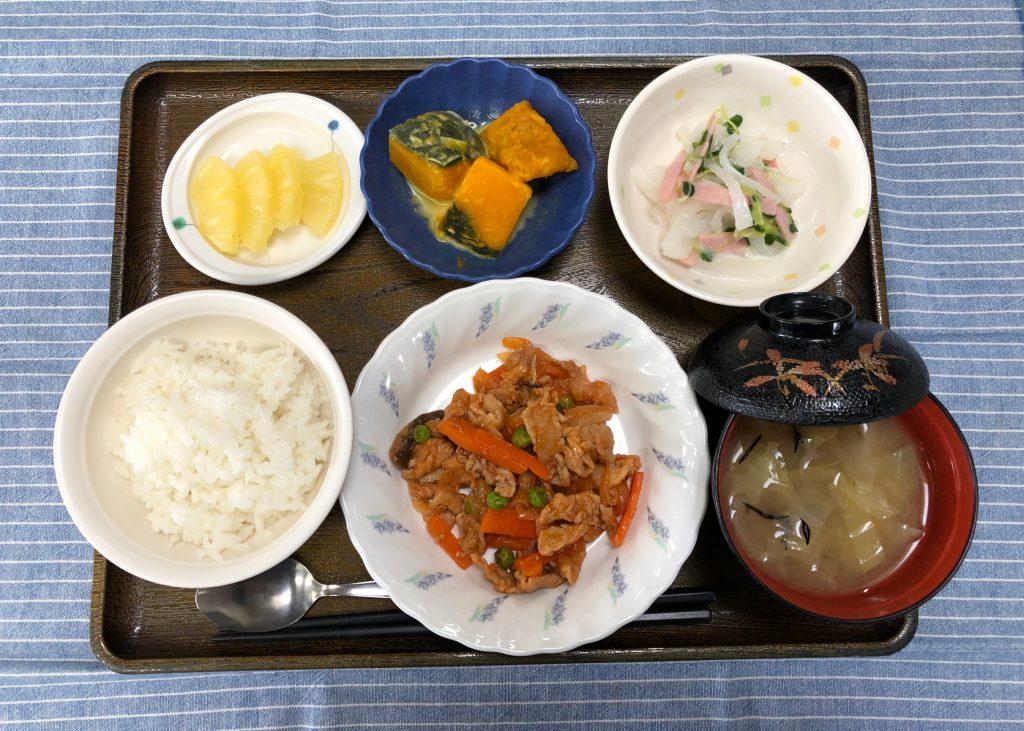 きょうのお昼ごはんは、ポークチャップ・大根サラダ・かぼちゃミルク・みそ汁・くだものでした。