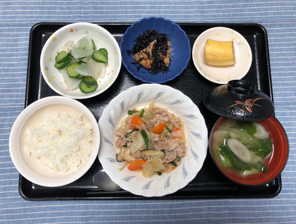 きょうのお昼ごはんは、肉野菜炒め・煮物・浅漬け・みそ汁・くだものでした。