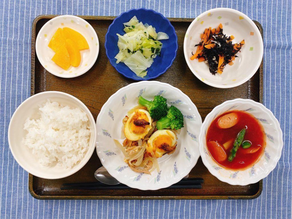 きょうのお昼ごはんは、ゆで卵の粒マスタード焼き・ソーセージのトマトスープ・サラダ・浅漬け・くだものでした。