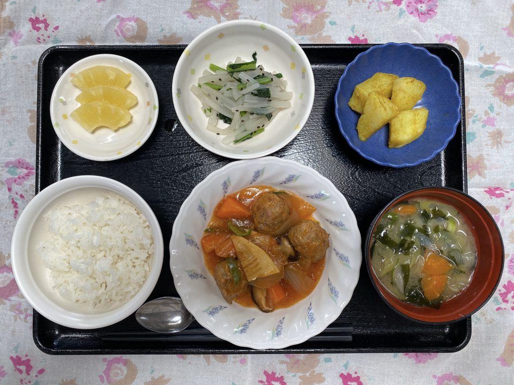きょうのお昼ごはんは、肉団子の酢豚風・ナムル・カレーポテト・みそ汁・くだものでした。