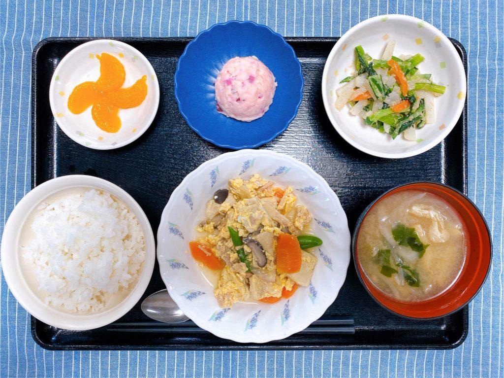 きょうのお昼ごはんは、ツナと高野豆腐の卵とじ ごま和え しば漬けポテト みそ汁 果物 でした。
