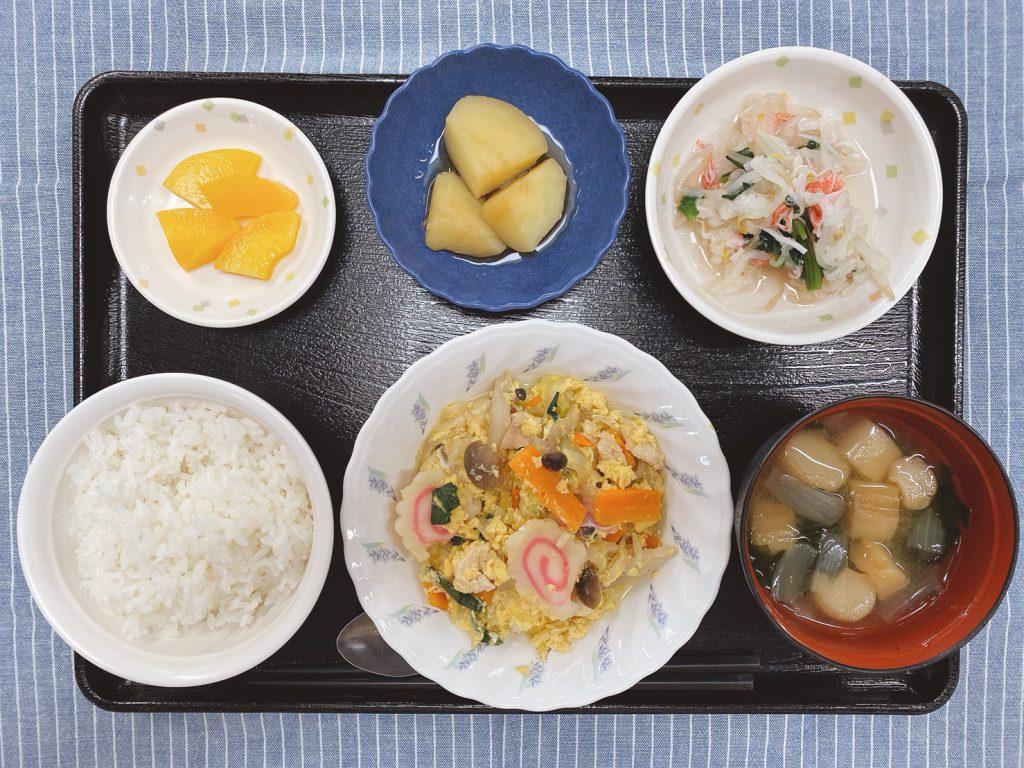 きょうのお昼ごはんは、親子煮・おろし和え・じゃが芋の煮ころがし・みそ汁・くだものでした。