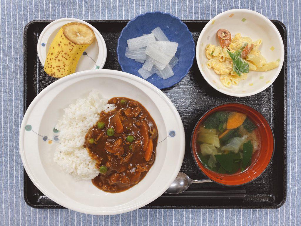 今日のお昼ごはんは、ハヤシライス・ゆで卵サラダ・レモン大根・味噌汁・くだものでした。