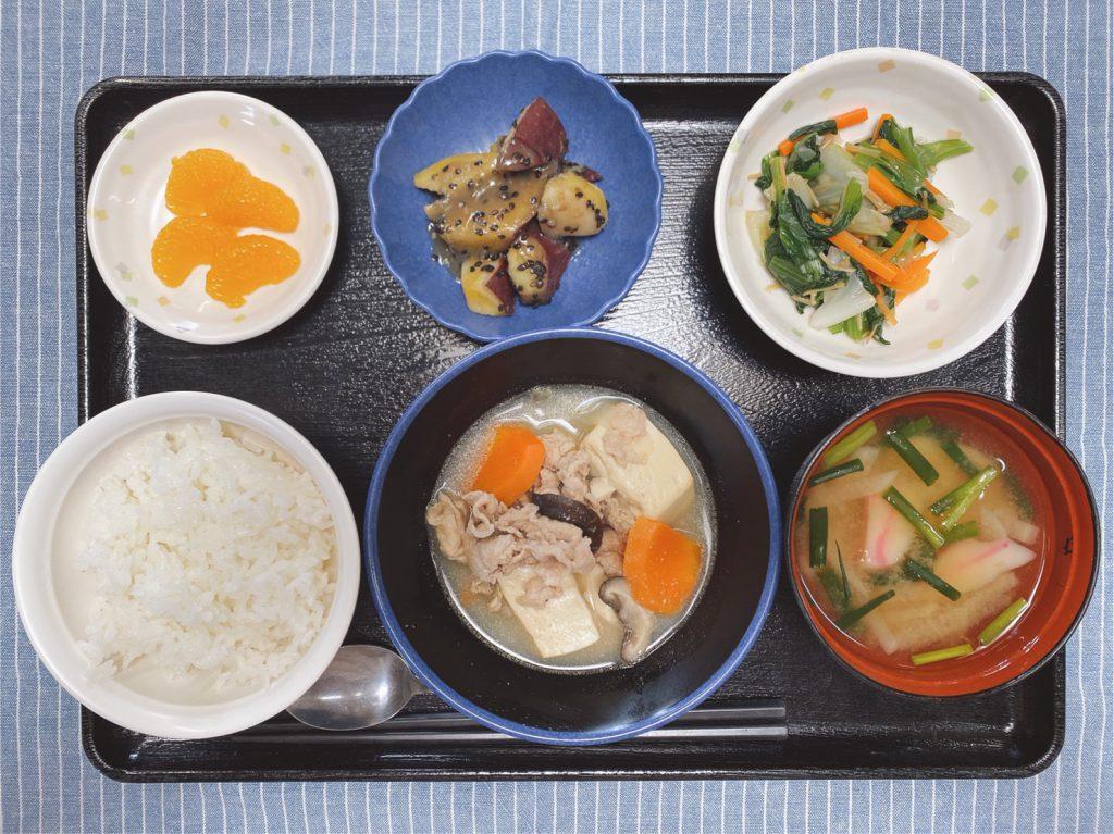 26日のお昼ごはんは、肉豆腐・なめたけ和え・大学芋煮・みそ汁・くだものでした。