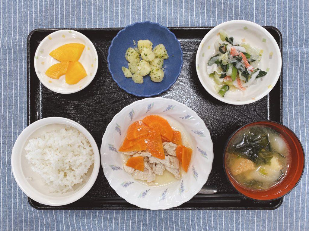 きょうのお昼ごはんは、鶏肉と人参の重ね蒸し、具だくさんおろし、のり塩ポテト、みそ汁、くだものでした。