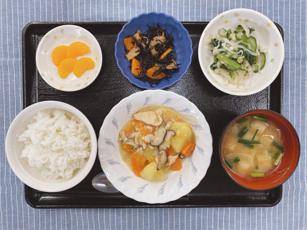 きょうのお昼ごはんは、吉野煮・天かす和え・ひじき煮・みそ汁・くだものでした。