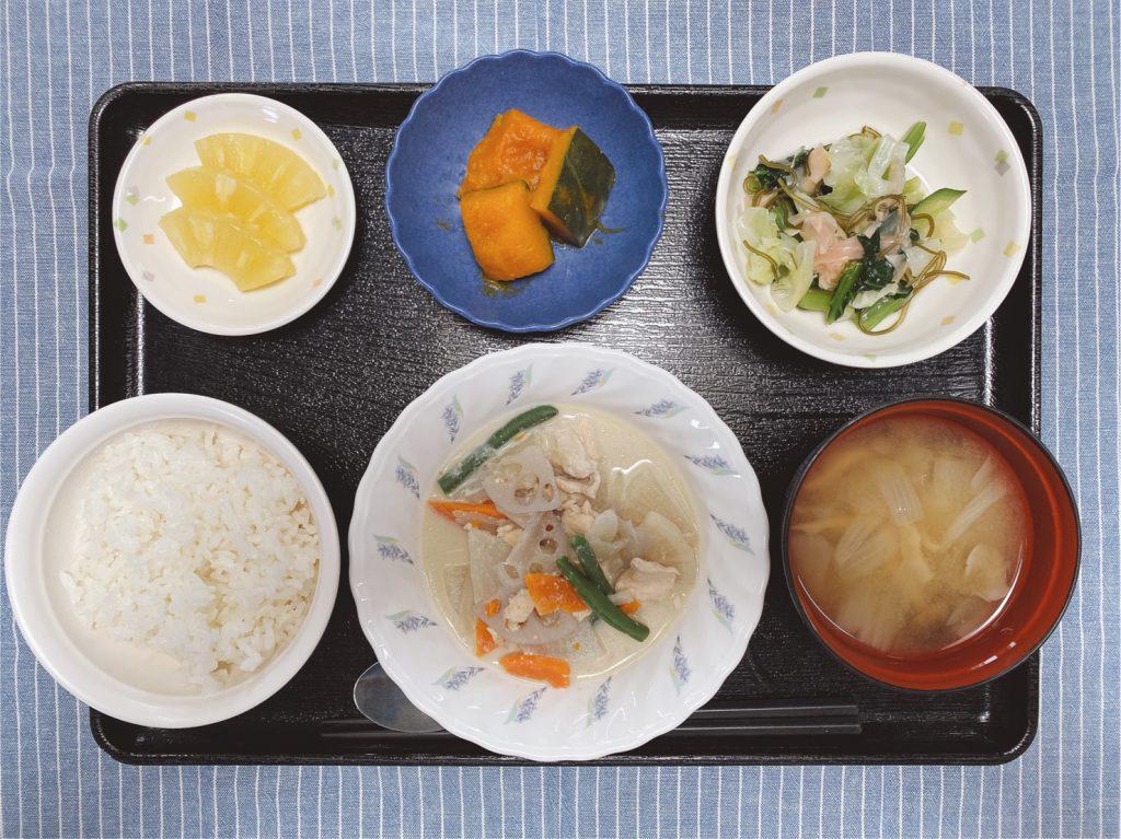 今日のお昼ごはんは、豆乳煮・生姜和え・かぼちゃ煮・みそ汁・くだものでした。