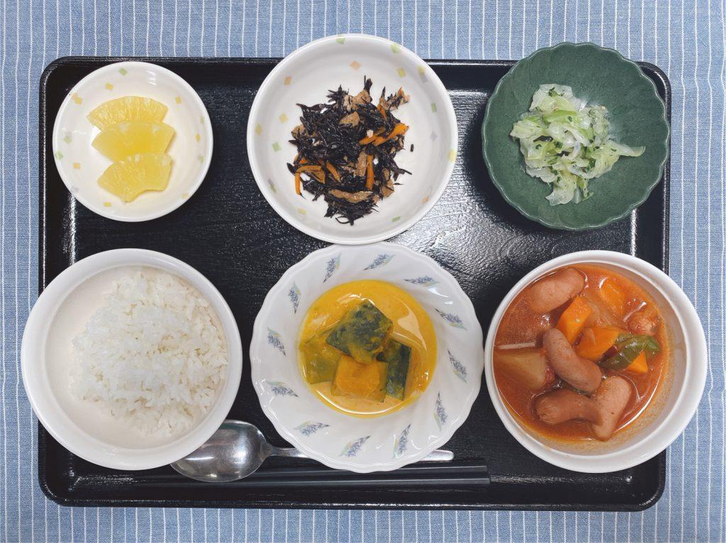 きょうのお昼ごはんは、ウインナーと野菜のトマトスープ煮・大根サラダ・かぼちゃミルク煮・くだものでした。