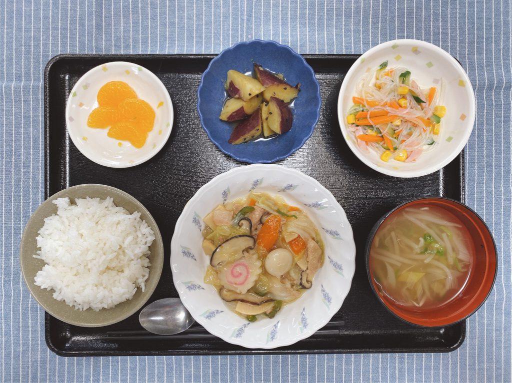 今日のお昼ごはんは、八宝菜・春雨サラダ・大学芋煮・中華スープ・くだものでした。