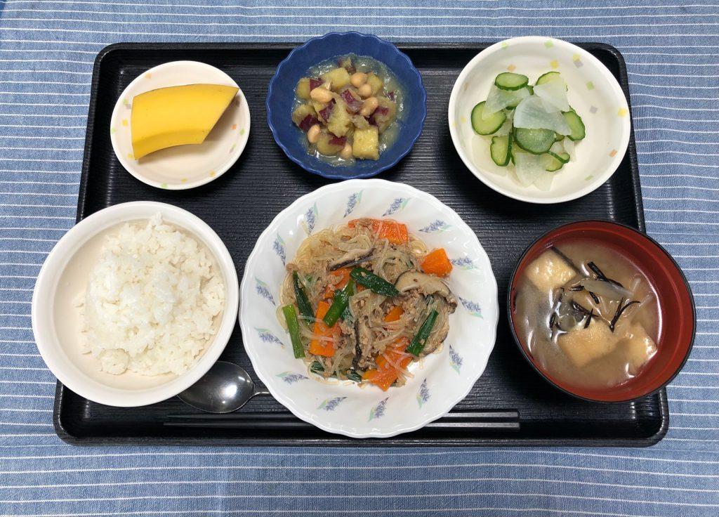 6/26のお昼ごはんは、挽き肉と春雨の中華炒め・コロコロ煮・浅漬け・みそ汁・くだものでした。