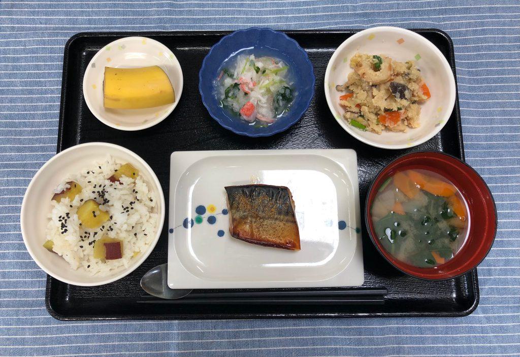 きょうのお昼ごはんは、鯖の山椒焼き・炒りおから・おろし和え・みそ汁・くだものでした。