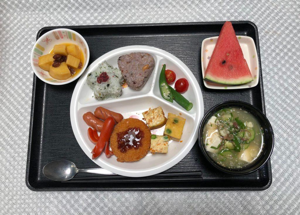 きょうのお昼ごはんは、おたのしみ献立・おむすび、クリームコロッケ、玉子焼、タコさんウインナー、冷や汁、くだものでした。