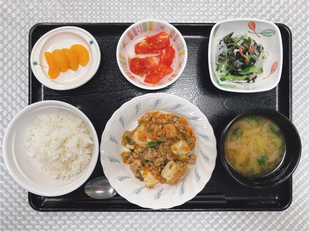 きょうのお昼ごはんは、家常豆腐、春雨の酢の物、冷やしトマト、みそ汁、果物でした。