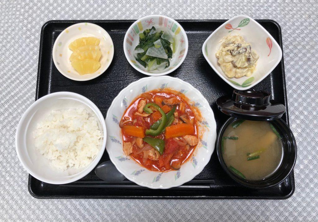 きょうのお昼ごはんは、鶏肉のトマト煮、甘ずっぱおさつサラダ、野菜炒め、みそ汁、くだものでした。
