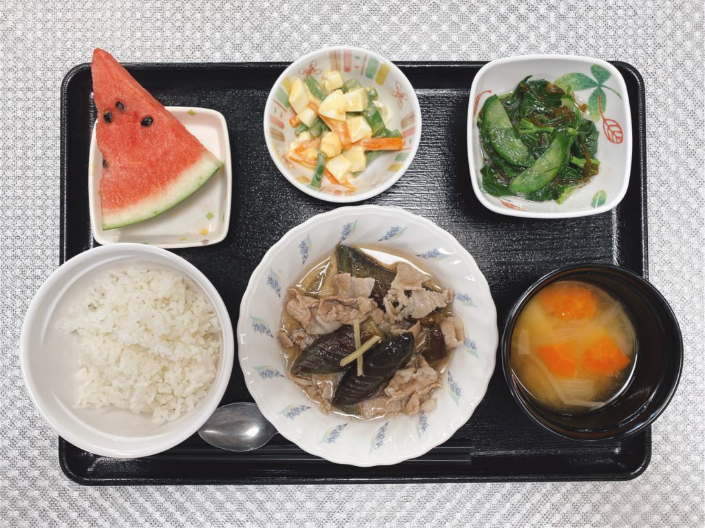 きょうのお昼ごはんは、なすと豚肉の生姜煮・ゆで卵サラダ・もずく和え・みそ汁・くだものでした。