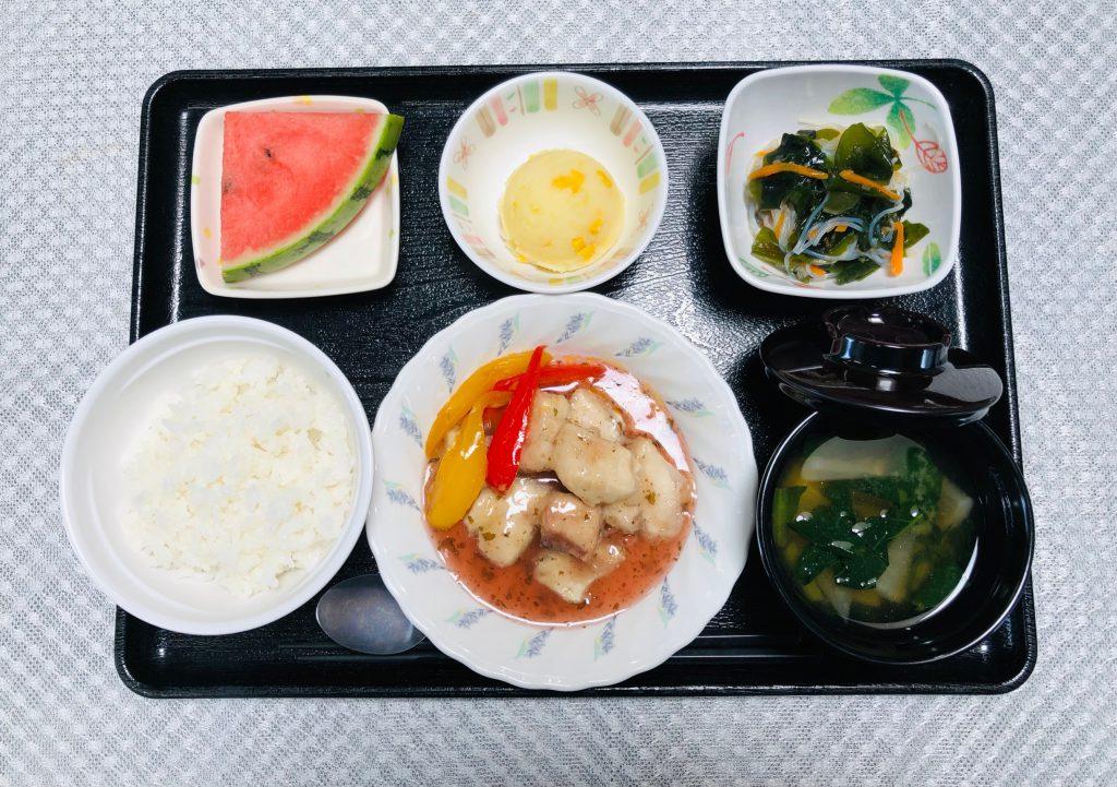 きょうのお昼ごはんは、めかじきの梅肉あんかけ、わかめ和え、ミルクポテト、みそ汁、くだものでした。