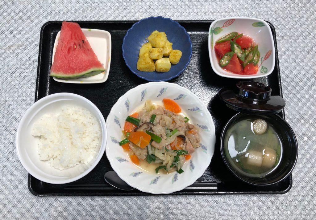 きょうのお昼ごはんは、肉野菜炒め、カレーポテト、さっぱりトマト、みそ汁、くだものでした。