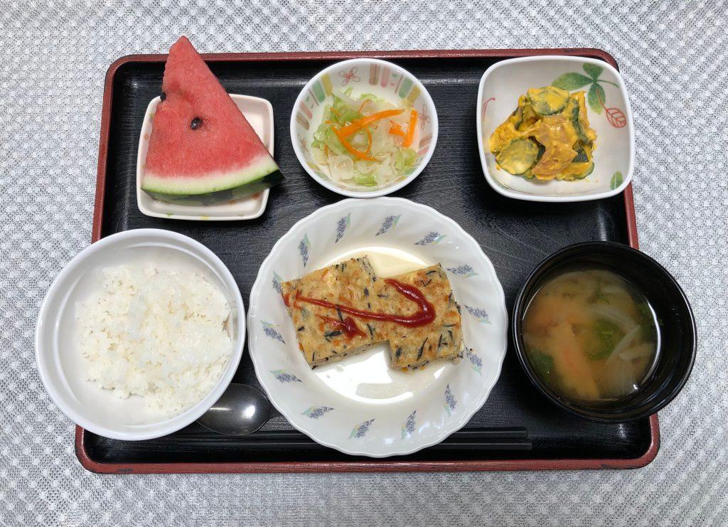 今日のお昼ごはんは、ツナハンバーグ・かぼちゃサラダ・浅漬け・みそ汁・くだものでした。