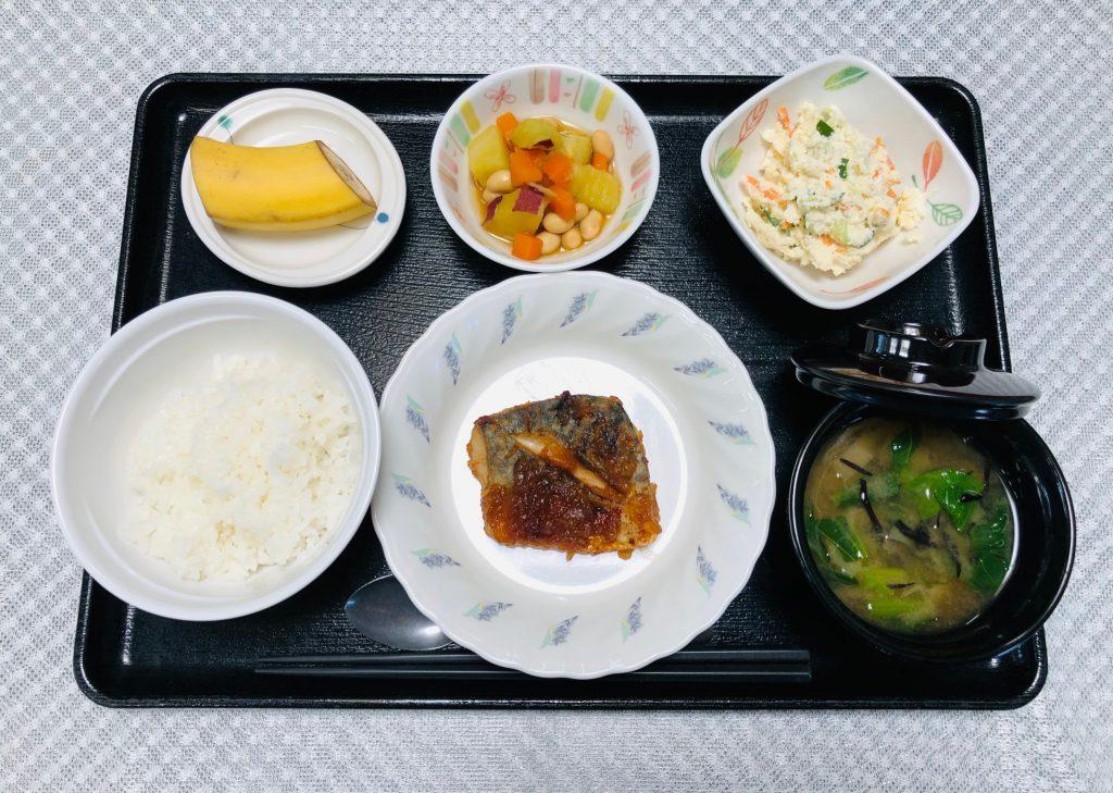 8月28日、きょうのお昼ごはんは、鯖の玉ねぎ風味焼き・おからサラダ・煮物・みそ汁・くだものでした。