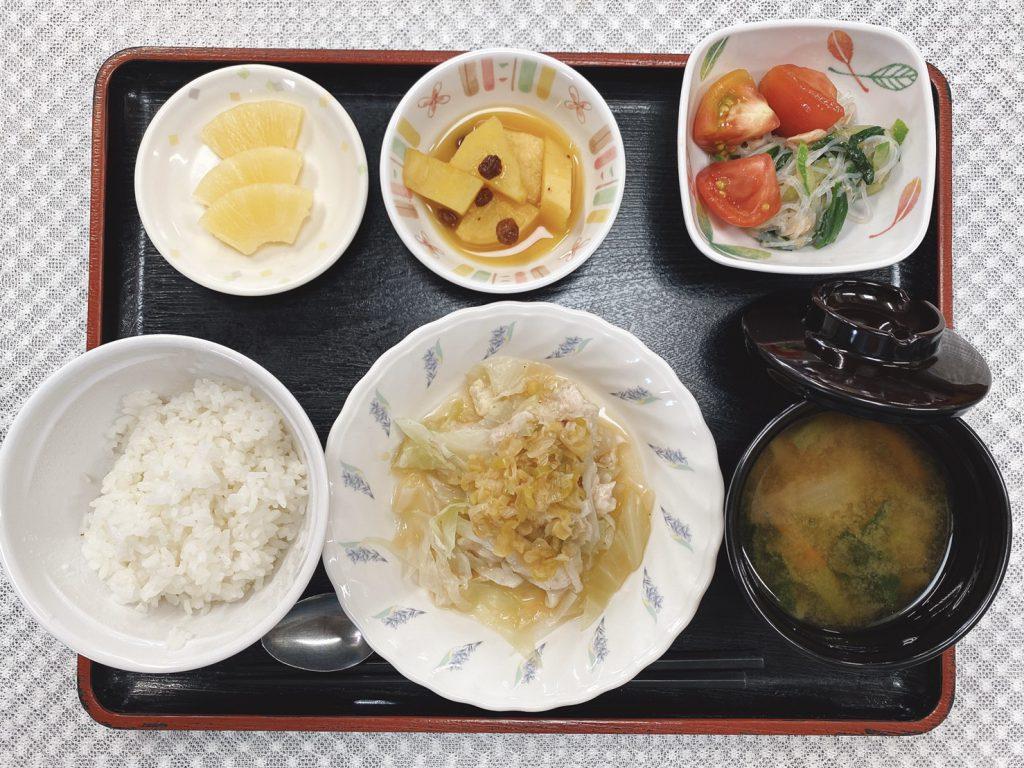 きょうのお昼ごはんは、蒸し鶏の油淋鶏風・トマトのサラダ・おさつのオレンジ煮・みそ汁・くだものでした。