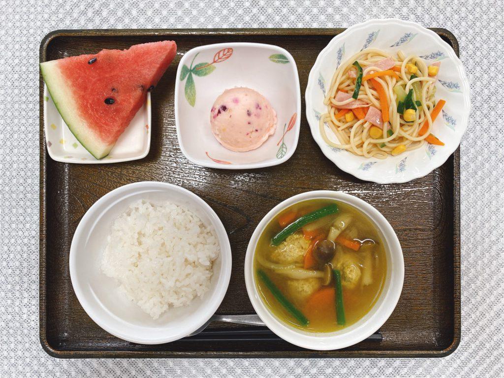 きょうのお昼ごはんは、肉団子のカレースープ煮・サラダ・しば漬けポテト・みそ汁・くだものでした。