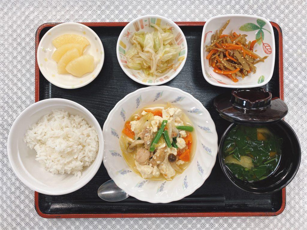 きょうのお昼ごはんは、炒り卵・きんぴら・和え物・みそ汁・くだものでした。