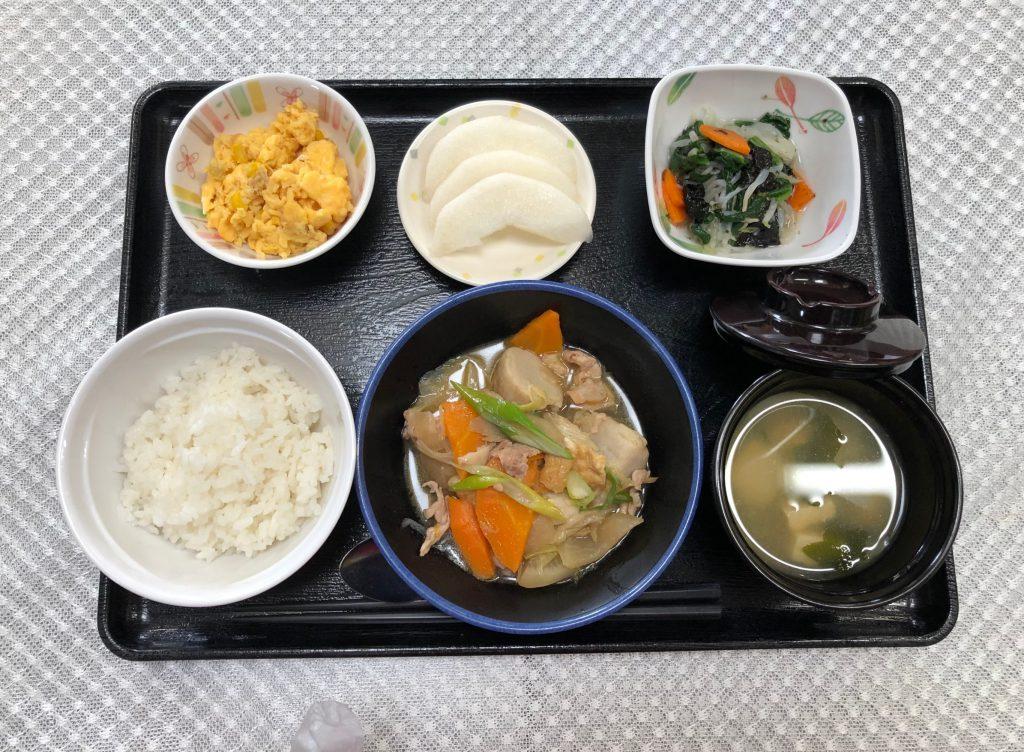 きょうのお昼ごはんは、芋炊き・焼きのり和え・コーン炒り卵・みそ汁・くだものでした。