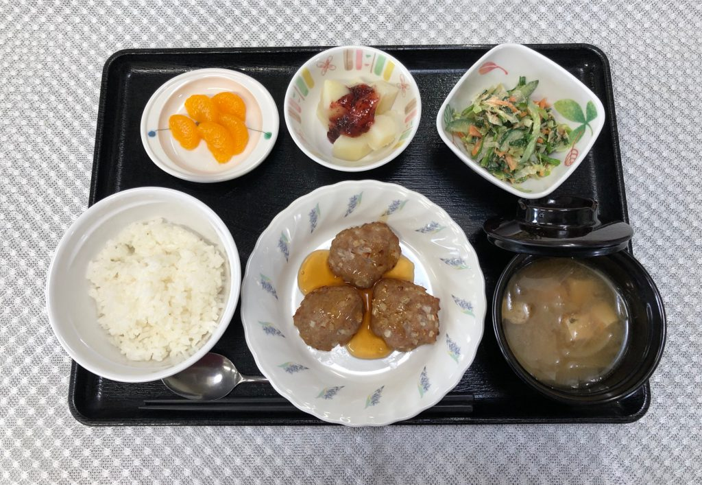 きょうのお昼ごはんは、大根入り豚バーグ・和風コールスロー・梅じゃが・みそ汁・くだものでした。