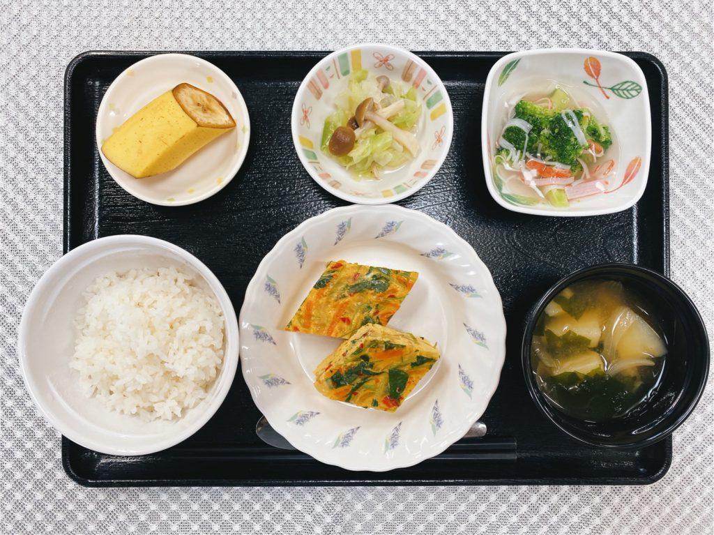 きょうのお昼ごはんは、千草焼・和え物・ブロッコリーのかにかまあん・みそ汁・くだものでした。