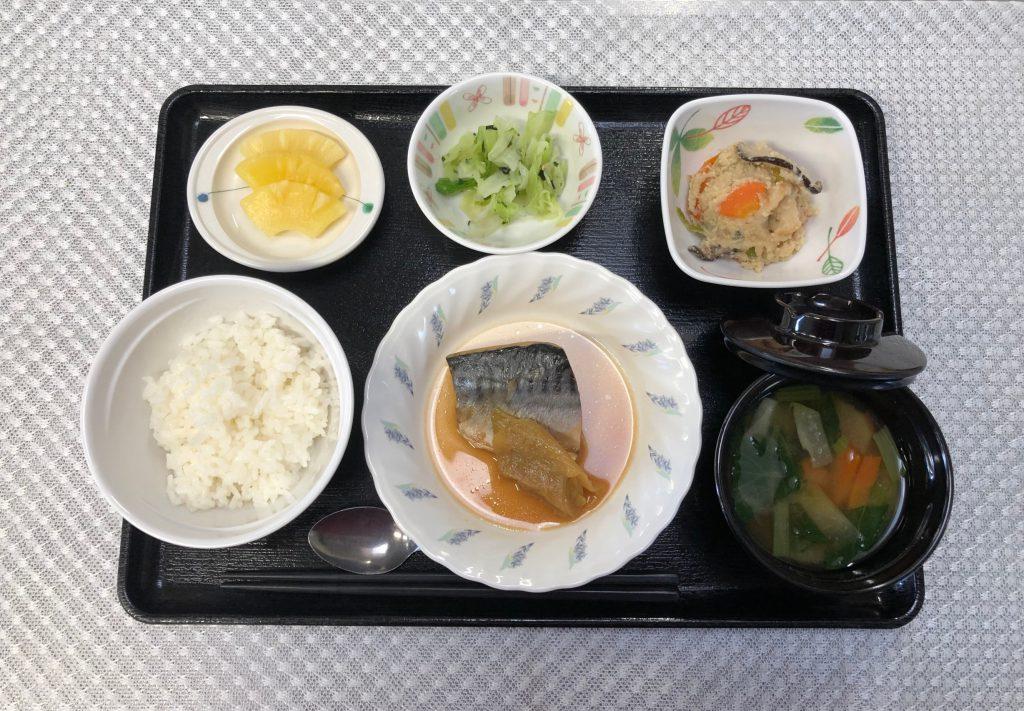 きょうのお昼ごはんは、煮魚、炒りおから、浅漬、みそ汁、くだものでした。