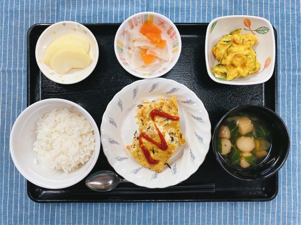 きょうのお昼ごはんは、ツナハンバーグ・かぼちゃサラダ・和え物・みそ汁・くだものでした。