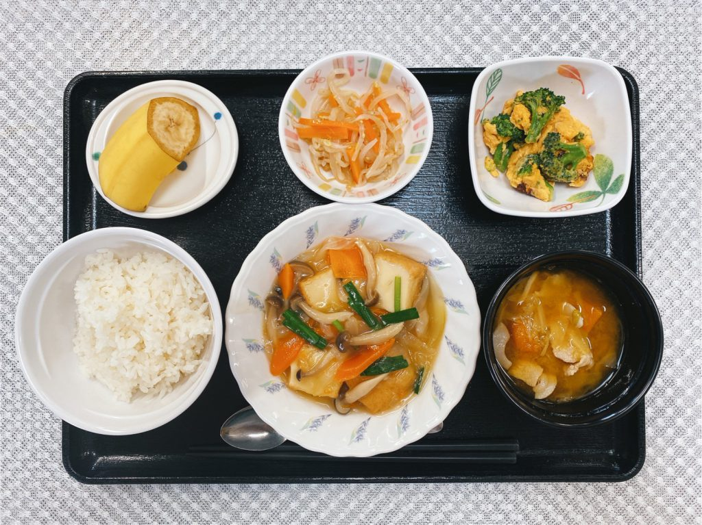 きょうのお昼ごはんは、あんかけ厚揚げ・和え物・ブロッコリーの卵炒め・豚汁・くだものでした。